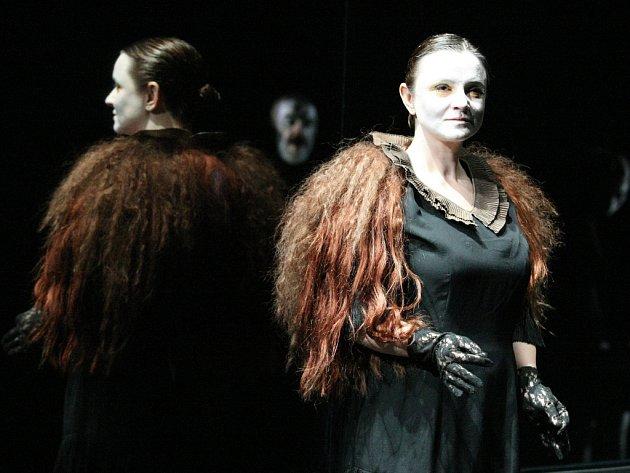 Tváře upírů, krev na hlavě i na zemi. V nové inscenaci hrají Anna Fišerová, Kryštof Rímský, Marta Vítů (host), Achab Haidler i Jiří Maryško.
