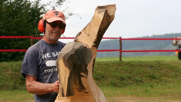 Lipovský dřevák má za sebou čtyři ročníky. Na prvním sochal jeden umělec, teď jich bude už osm.