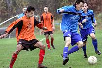 Fotbalisté Chabařovic B (oranžoví) prohráli doma s béčkem Přestanova 2:3, přesto přezimují na čele tabulky.
