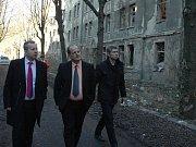 Ministr Richard Brabec (vlevo) slyšel od starosty Kamila Hýbnera (uprostřed) a radního Pavla Štěpaře, že by město rádo domy v ulici Na Nivách nechalo zbourat.