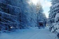 Traktor na lyžařské stopě.