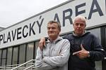Nevidomý plavec Mirek Smrčka s manažerem a kamarádem v jedné osobě Petrem Budínským před halou na Klíši.