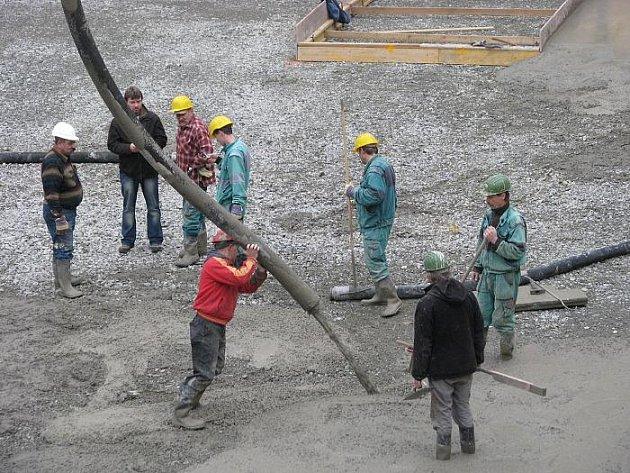 Díra vedle Paláce Zdar včera spolykala stovky kubíků betonu.