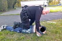 Strážníci zadrželi muže, který popisem odpovídal lupiči z pošty v Krásném Březně