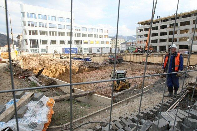 Pozemek mezi ústeckým magistrátem a dokončovaným Palácem Zdar na Mírovém náměstí zatím hledá nájemce.