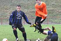 Fotbalisté Střekova B (oranžové dresy) doma rozdrtili poslední Povrly 5:1.