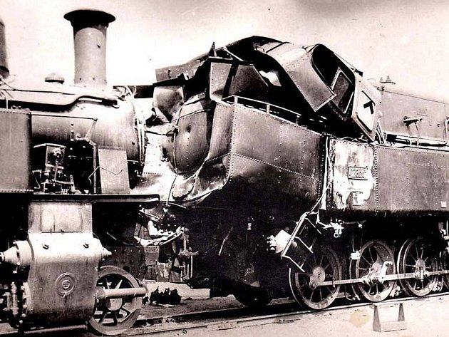 Dobový snímek zachycující nehodu na lokální trati Vlašimka v roce 1932.