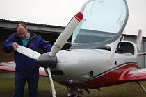 Petr Bína se svým letadlem.