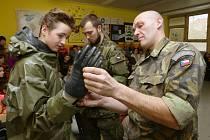 Školákům vojáci ukázali, jaké mají prostředky k protichemické a k protijaderné obraně.