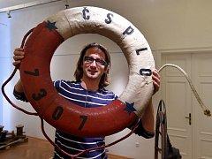 Kurátor výstavy Martin Krsek předvedl exponát záchranný kruh.