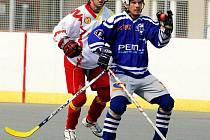 Jan Štěpánek (vpravo) byl v loňské sezoně nejlépe bodujícím hráčem hokejbalistů Elby Ústí nad Labem. Letos by si však přál, aby ho ve vůdcovské pozici nahradili mladší spoluhráči.