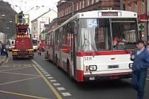 Porucha trolejí v Hrnčířské ulici zastavila trolejbusy v centru města