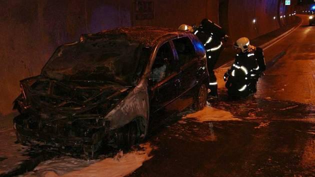 Dvě hasičské jednotky vyjely k požáru v tunelu Panenská na dálnici D8 ve směru na Německo.