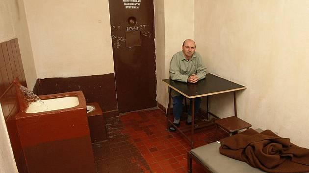 V cele mosteckého policejního ředitelství si fotoreportér Deníku Jan Vraný vyzkoušel pocity zadrženého delikventa v erárních teplácích, košili a pantoflích.