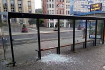 Rozbité sklo v přístřešku na Mírovém náměstí v Ústí nad Labem