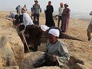 EGYPTŠTÍ DĚLNÍCI při práci u tisíce let staré hrobky úředníka Kaapera.