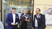 Účastníci projektu Deník-bus se scházejí u redakce Ústeckého deníku.