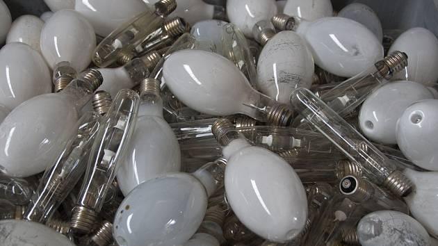 Hlavním důvodem pro recyklaci úsporných žárovek je toxická rtuť, uvnitř světelného zdroje neškodná a pro svícení nutná.