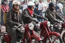 Pavel Ráž a pérák (vpředu). Z motocyklů pod značkou Jawa je Pérák nejpopulárnější.