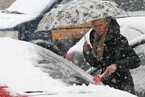 Husté sněžení na Ústecku v pondělí přidělalo práci řidičům.