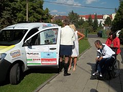 Nová dodávková Dacia slouží klientům Domova pro osoby se zdravotním postižením v Trmicích.
