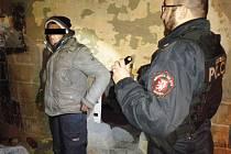 Ústečtí strážníci při zimní kontrole bezdomovců.