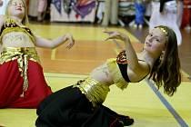 Soutěžní přehlídka Orient North Show v orientálním tanci.