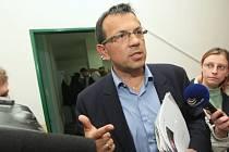 Lídr kandidátky ČSSD Jaroslav Foldyna nedostal mandát na to, aby jednal o budoucí krajské koalici. Výsledek tajné volby nesl nelibě.  Stále je však prý kandidátem číslo jedna na post hejtmana.