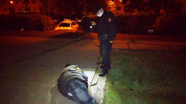 Opilý muž ležel v ústecké Oblé ulici na zemi. Byl namol