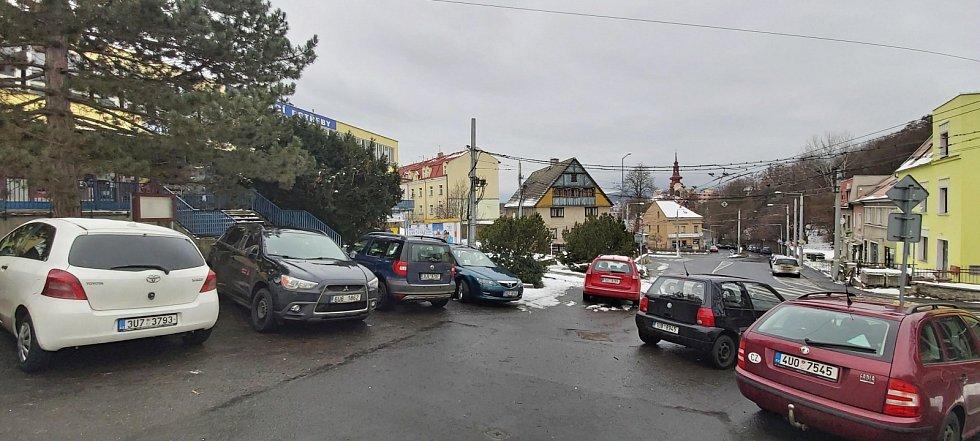 Obvod Střekov v Ústí nad Labem. Novosedlické náměstí, bývalá náves s posledním původním vesnickým domem v pozadí, ex-ves Novosedlice