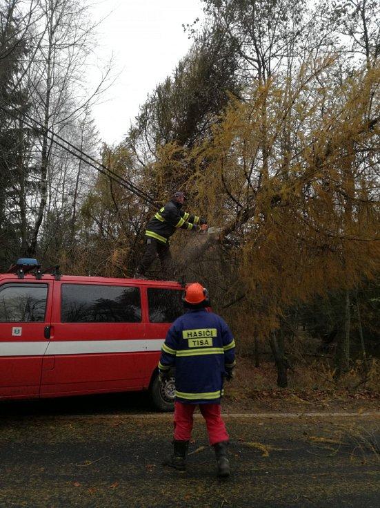 Cestu z Ostrova na Tisou museli uvolnit hasiči.