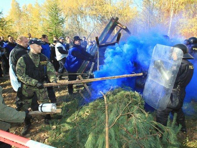 Policejní cvičení zásahu proti extrémistům.