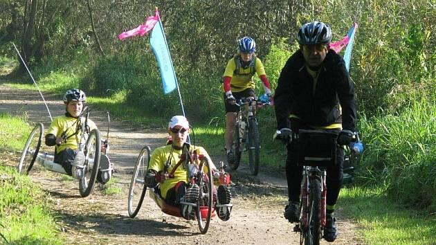 Tak to vypadalo loni na Labské stezce během poslední etapy Tour de Labe handicap 2010 z Litoměřic do Děčína. Největší bariérou na trati byla zdymadla na Střekově.