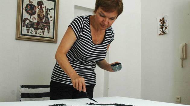 Vlasta Rydlová pracuje na svém obraze.