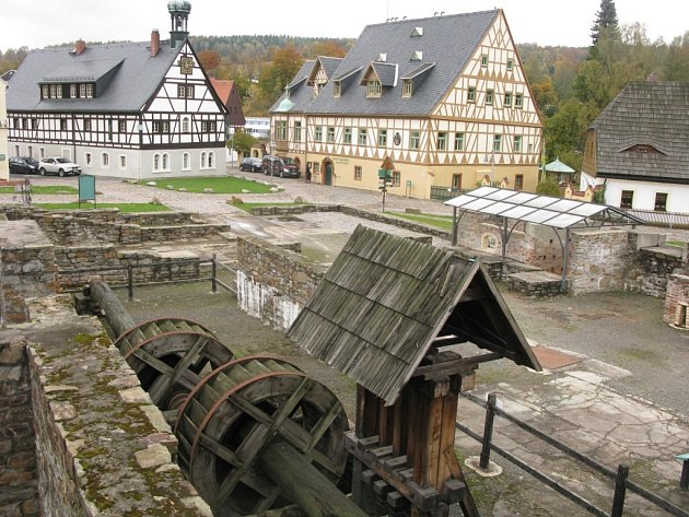 Pohled z můstku u muzea na skanzen Lange Hütte a budovy, které dnes nabízejí restaurační a ubytovací služby.