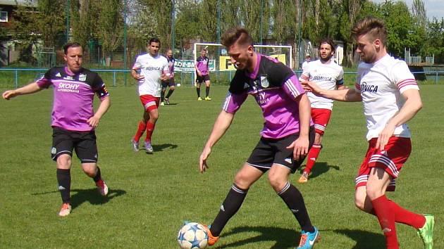 Fotbalisté Neštěmic (bílí) naposledy prohráli v Modlanech 0:1.