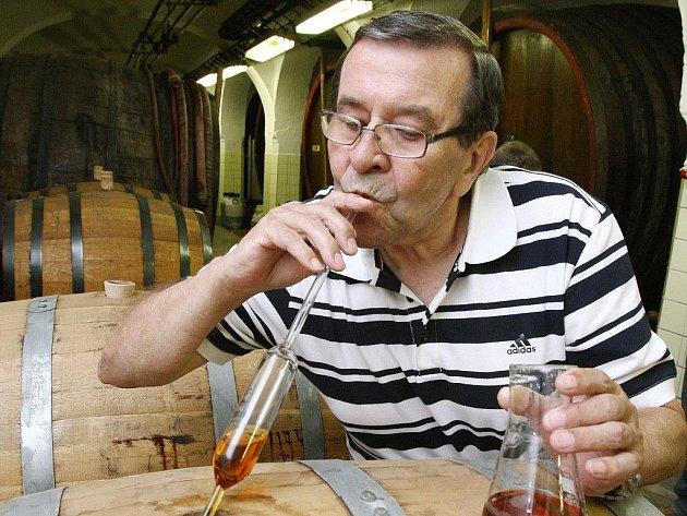 Krásnobřezenská likérka včera degustovala, jak zraje Stará myslivecká Premium v dubových sudech po bourbonu. Na snímku Stanislav Rajský, bývalý ředitel