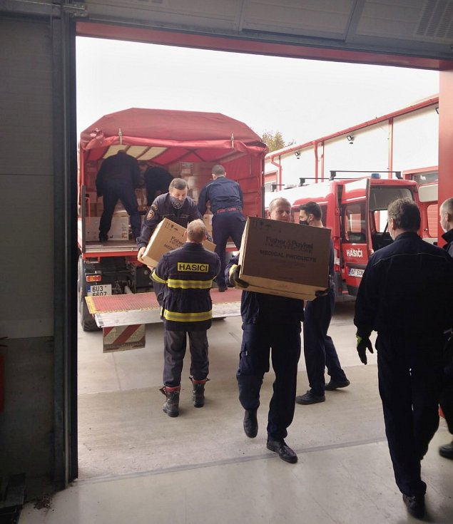 Hasiči v pátek 13. listopadu rozváželi na žádost Krizového štábu Ústeckého kraje plicní ventilátory ze Skladu státních hmotných rezerv vSedlčanech do devíti nemocnic vÚsteckém kraji.
