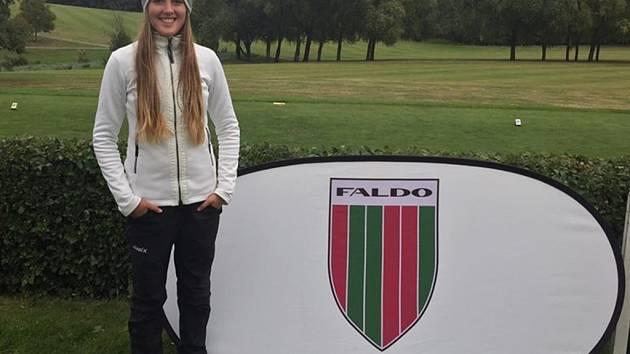 Mladá golfistka z Ústí nad Labem Sára Marion Zrníková.