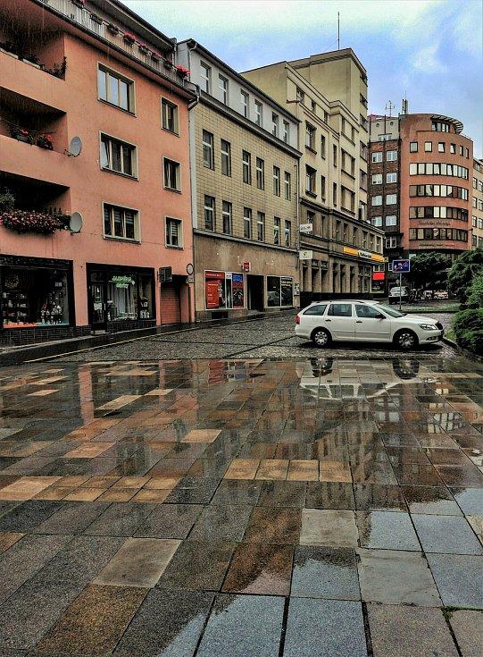 Ústecký fotograf Martin Vodňanský si oblíbil snímky zachycující dominanty města nad Labem v odrazu kaluže. Říká jim loužovky. Na snímku je pohled z Lidického náměstí do Pařížské ulice.