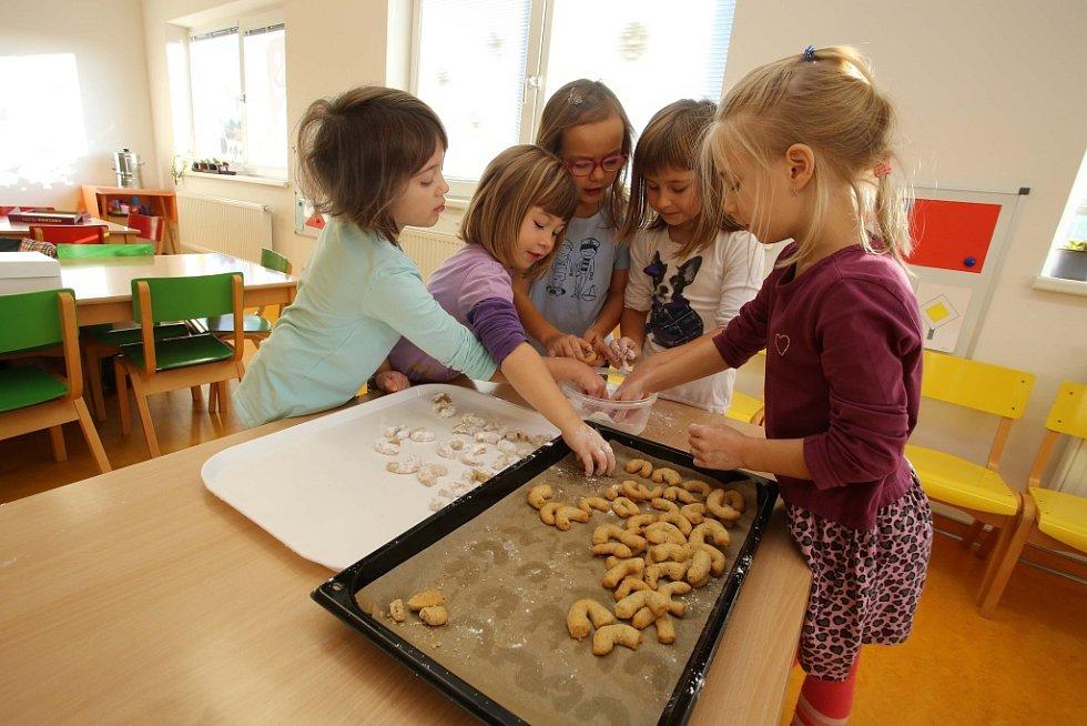Pečení vánočního cukroví v mateřské škole ve Hvozdné.