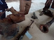 Tak vypadají zbraně a munice po výbuchu muničního skladu.