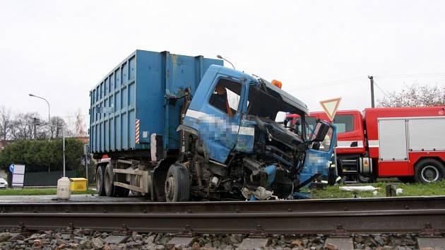 Srážka vlaku s náklaďákem v Želechovicích: jeden zraněný, osm evakuovaných, a dva cestující v šoku