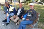 Lidé bez přístřeší v Otrokovicích. Na snímku vpravo je Olin, vedle něj sedí uprostřed Jaroslav Přikryl.