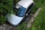 Peugeot skončil v propusti pod silnicí