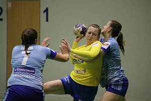 Házenkářky Zlína (ve žlutém) se postaraly o překvapení 8. kola, když zvítězily v Olomouci 28:25.