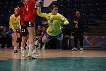 Interligové házenkářky Zlína (ve žlutém) v sobotní dohrávce 18. kola porazily nováčka z Hodonína 25:21. Na snímku Zemanovičová.