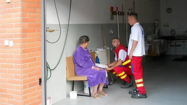 Záchranáři se o ztracenou pacientku postarali a odvezli ji zpět do Krajské nemocnice Tomáše Bati.