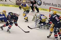 Extraligoví hokejisté Zlína (ve žlutém) ve 44. kole v neděli hostili nováčka z Chomutova.