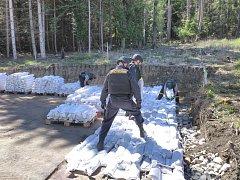 Ve vrbětických skladech začali práce na ohledání prvního ze dvou epicenter výbuchu.